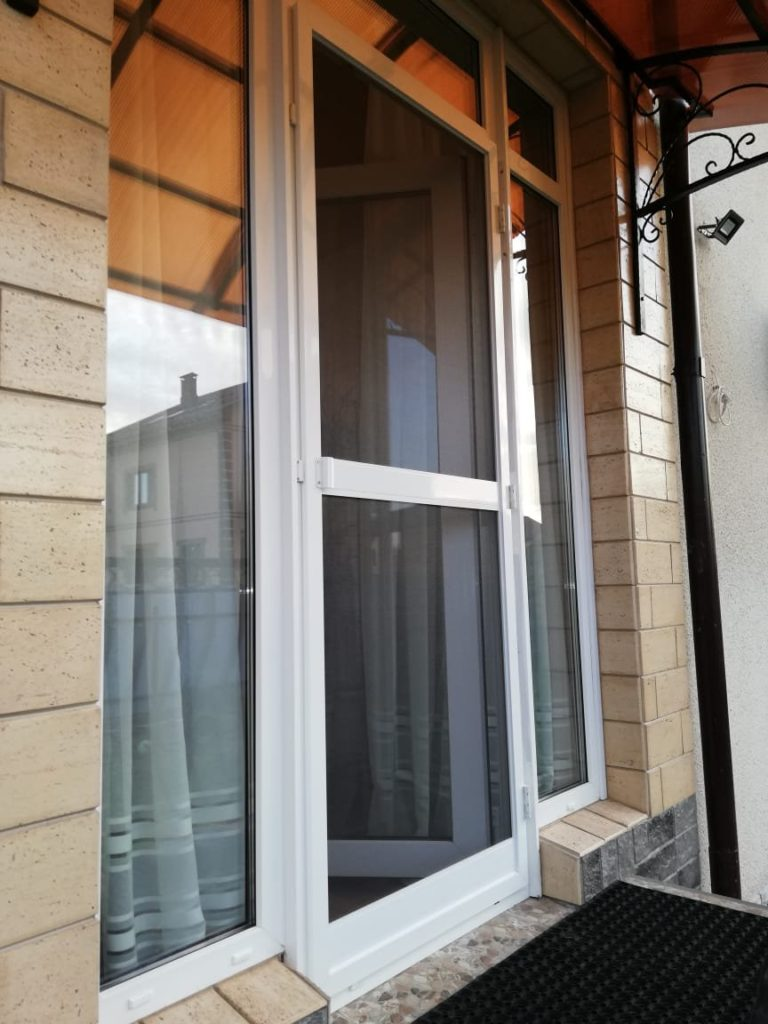дверь с москитной сеткой