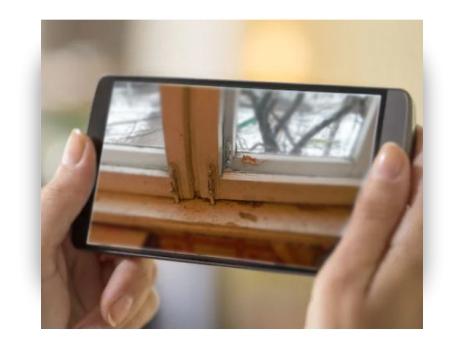 фотография старого окна на смартфоне