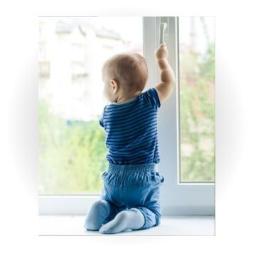 ребёнок открывает окно