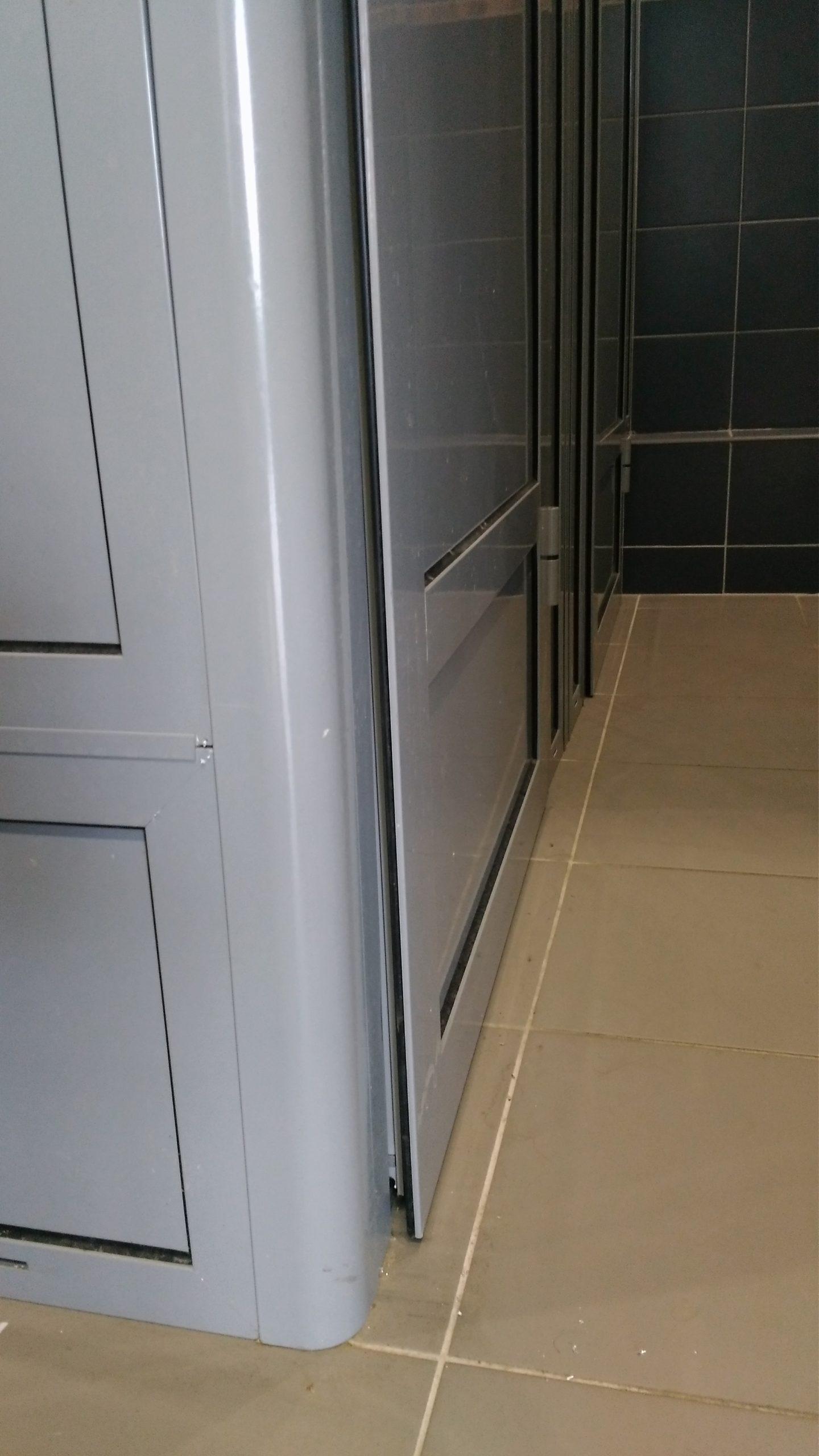 туалетные и душевые кабинки из алюминиевого профиля