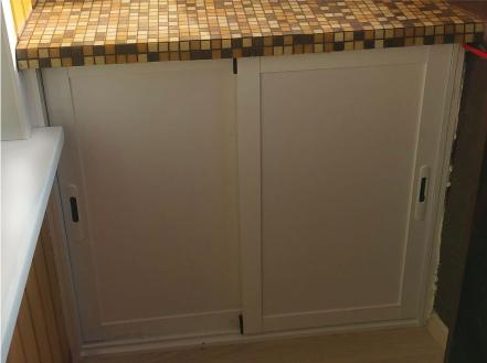 шкафчик на балконе из алюминиевого профиля раздвижной